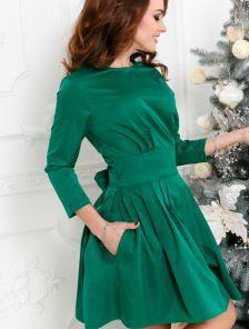 Нарядное изумрудное платье с пышной юбкой