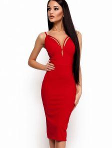 Эффектное красное платье с оригинальным декольте