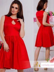 Красное платье с пикантным декольте