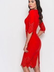 Эффектное красное платье с перфорацией