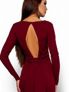 Бордовое платье приталенного кроя с открытой спиной и декоративным бантом по линии поясницы