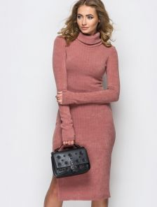 Персиковое платье в рубчик с рукавом-перчаткой