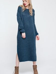 Уютное вязанное платье синего цвета с оригинальной спинкой