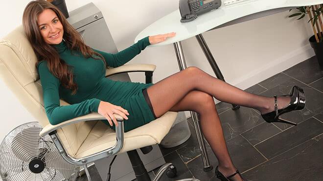 Девушка носит чулки на работу работа вебкам моделью в санкт петербурге