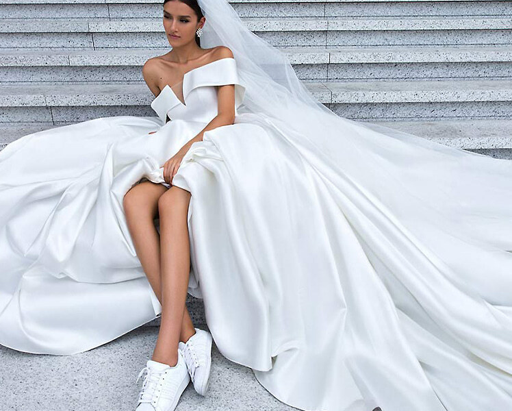 Как сочетать свадебное платье с белыми кроссовками