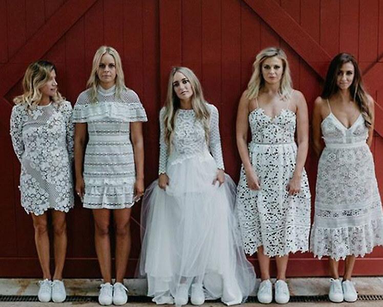 Можно ли одеть кеды под свадебное платье