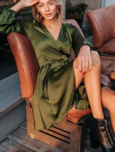 Шелковое короткое платье на запах цвета хаки
