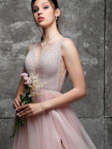 Вечернее светлое длинное платье с декольте и открытой спиной