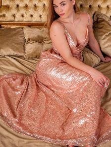 Длинное золотистое платье в пайетки с разрезом
