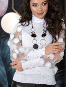 Нарядный белый свитер с объемным рукавом и высоким горлом