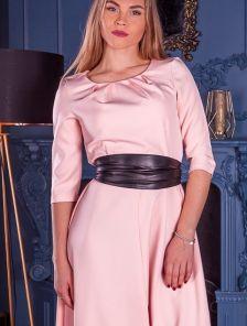 Длинное светлое платье на длинный рукав с поясом кушаком
