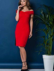 Красное приталеное платье с открытыми плечами