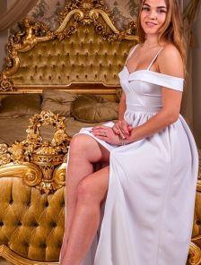 Нарядное белое платье с запахом и открытыми плечами