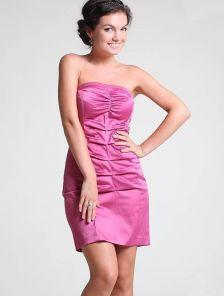 Лиловое короткое атласное силуэтное платье со сборками