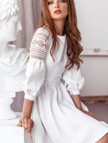 Короткое белое платье с кружевом и объёмным рукавом