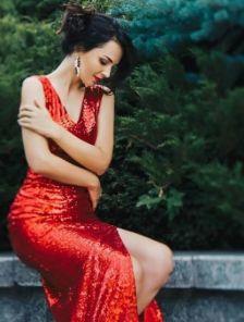 Длинное красное платье в пайетку с разрезом по ножке