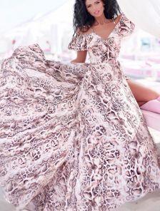 Легкое нарядное длинное платье на запах с принтом питон