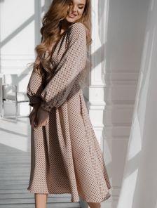 Летнее бежевое платье до колен на длинный рукав