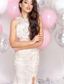 Длинное нарядное блестящее вечернее платье с разрезом и открытой спиной
