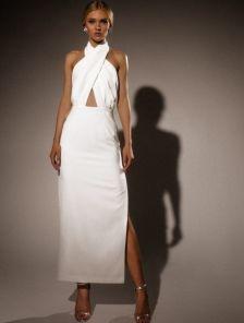 Нарядное длинное белое платье с открытой спиной и плечами