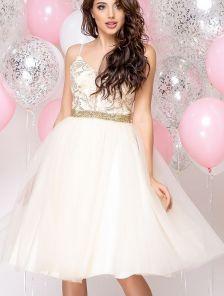 Выпускное светлое короткое платье на бретелях с пышной фатиновой юбкой