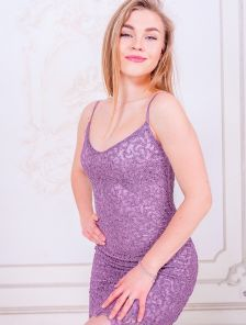 Эффектное праздничное короткое лиловое платье футляр на бретелях