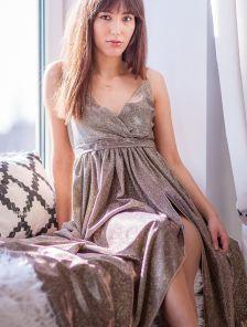 Нарядное длинное золотистое блестящее платье на выпускной