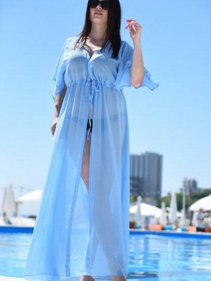 Шифоновая голубая туника на море на пляж