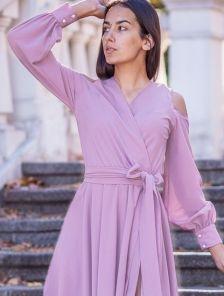 Нарядное светлое длинное платье с открытыми плечами на длинный рукав