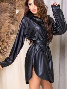 Короткое черное кожаное платье на длинный рукав
