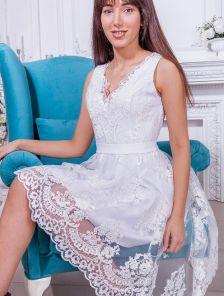 Белое кружевное ассимеричное платье без рукавов