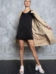 Короткое черное шелковое платье в бельевом стиле