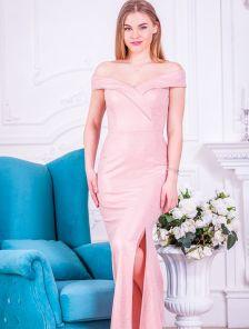 Светлое блестящее длинное платье с разрезом и открытыми плечами