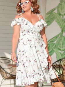 Светлое летнее платье миди на бретелях на запах с цветами