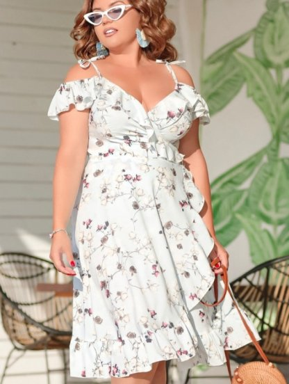 Светлое летнее платье миди на бретелях на запах с цветами, фото 1