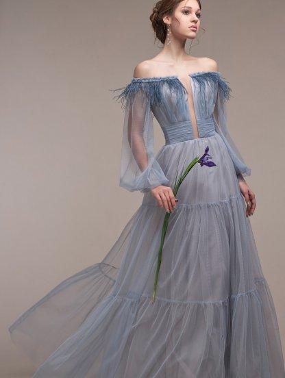 Пышное шифоновое классическое длинное платье с перьями, фото 1