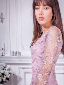 Эффектное короткое платье футляр с прозрачными рукавами для выпускного