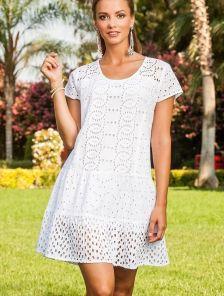Белое приталенное летнее платье с перфорацией и коротким рукавом