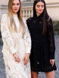Короткое светлое кружевное платье на длинный рукав