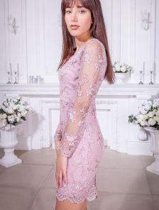 Эффектное короткое платье футляр с прозрачными рукавами