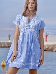 Голубое короткое платье туника в мелкую полоску с вышивкой без рукавов