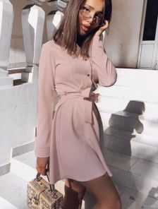 Женское короткое платье с поясом