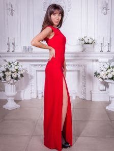 Длинное красное платье с разрезом