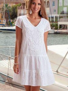 Приталеное белое летнее платье с коротким рукавом и перфорацией