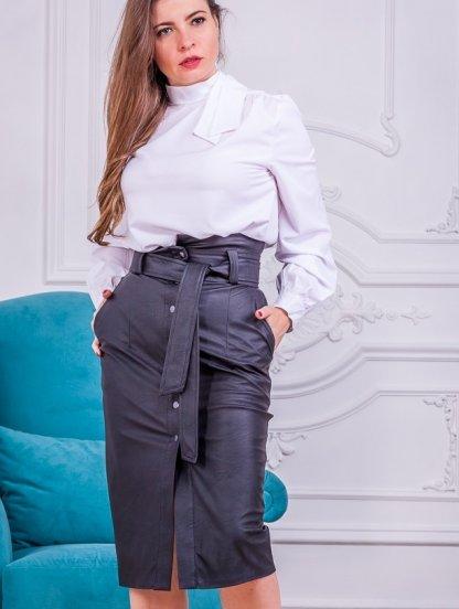 Стильная черная кожаная юбка длины миди с карманами и поясом, фото 1