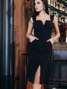 Нарядное черное платье-футляр с разрезом на груди на широких брителях