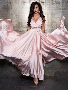 Вечернее пудровое шелковое платье в пол с разрезом