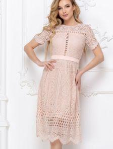 Бежевое короткое кружевное платье большого размера