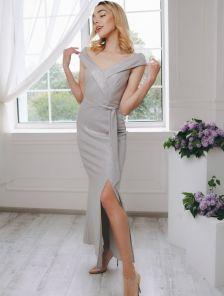 Вечернее серебристое платье с открытыми плечами и разрезом