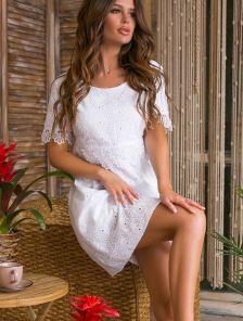Короткое белое свободное платье из прошвы с кружевом на лето